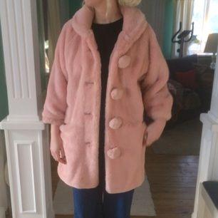 Vintage ljusrosa fejk pälsjacka. Ärmarna är trekvarts långa. S/M, personen på bilden har  storlek 36/38