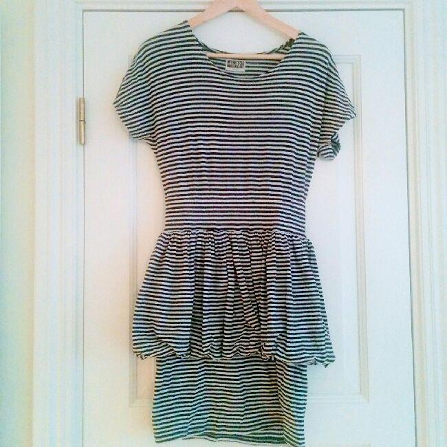 020d190c70d3 Udda klänning från Weekday i mjukt material. Överdelen är löst sittande med  brett resår i ...