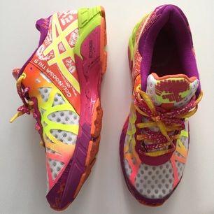 Asics gel-noosa tri 9 i nyskick. Snyggaste skorna på gymmet och så sköna! Väldigt lätta skor som passar allt från löpning till pass!   Köparen står för frakten, skriv för mer info/bilder!✨