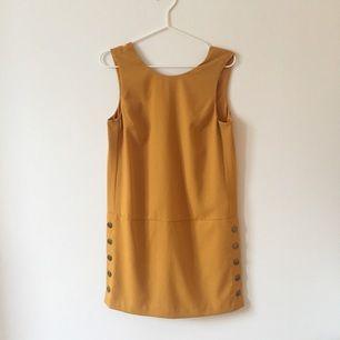 Senapsgul klänning från Banana Republic, strl 4 (36-38), aldrig använd med prislapp kvar. Lite vringad i bak.  Hämtas i centrala Stockholm eller köpare betalar frakt.
