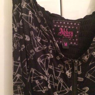 Jättecool klänning från Abbey Dawn 🦄 Mönster med säkerhetsnålar. Den är använd och älskad men är fortfarande väldigt fin.   Den är lite