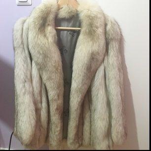 Äkta päls (blåräv) från Saga fox behöver nu en ny ägare pga ont om plats i garderoben. Använd max 3ggr och är i mycket gott skick. Nypris 4000.  Passar mig och sitter puffiga på mig som är en 36a men klär även 38 och 40or.