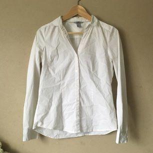 Vit skjorta från H&M. Urringning och figursydd. Kommer aldrig till användning längre.  Frakt tillkommer, tar swish!
