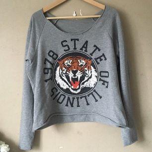 Grymt snygg tröja med tryck från en liten butik i Lysekil. En favorit, så det skär lite i hjärtat att sälja den, men bättre att den kommer till användning!  Frakt tillkommer, tar swish!