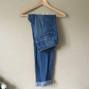 Blå Lisa jeans från Gina Tricot. Middlewaisted och stretchiga.  Frakt tillkommer, tar swish!