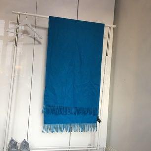 Härlig blå stor halsduk från & Other Stories i 100% ull. Oanvänd, nypris 550kr.