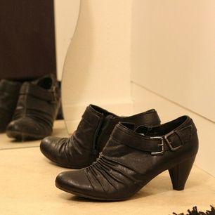 sparsamt använda men gamla skor, några slitningar men i övrigt fina. köpta på nilsson shoes eller scorett.  hämtas i uppsala, alternativt stockholm. köparen står för frakt, samfraktar gärna om du vill köpa annat jag säljer.