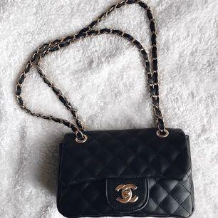 Liknande Chanel Classic flap bag. Köpte den när jag var utomlands och den är en kopia. En riktig fin väska som liknar mycket originalet. Har använt den några få gånger men jag var väldigt försiktigt med väskan så den är som ny. Köparen står för frakten Säljer på grund av den kommer inte till användning så mycket.