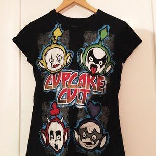 Svart t-shirt från cupcake cult med teletubbies som ser ut som medlemmarna från kiss. Storlek S. Väldigt bra kvalitet.