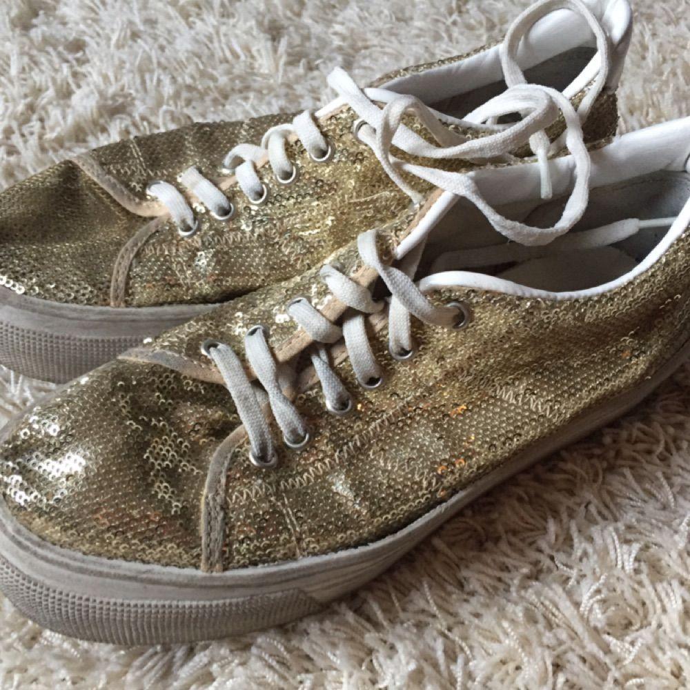 Väl använda glitter skor! Hög sula. . Skor.