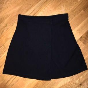 ELEGANT kort svart kjol från American Apparel!  Den knäpps i mitten på framsidan vilket är väldigt fint. 🌹🌹