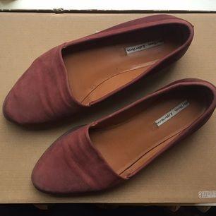 Skor i rosa skinn från & other stories. Passar 39-40. Något slitna på sidan av skon, se bild. Annars i bra skick.