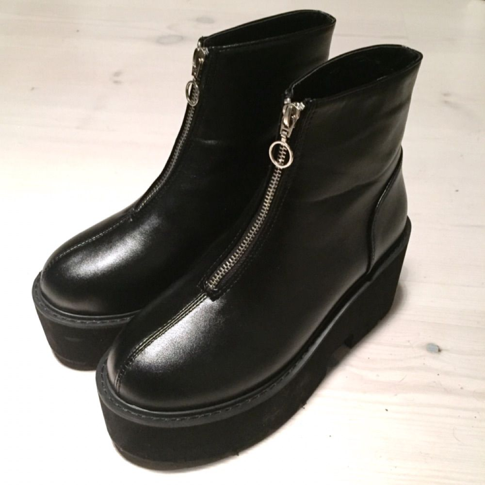 28e28ba31bc Black fake leather chunky boots. Köpta på shein.com.