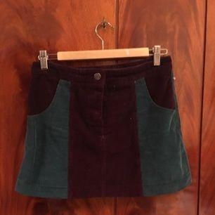 Söt vintage kjol i färger a turkos och lila. Endast påprovad.  Kan mötas upp i Stockholm