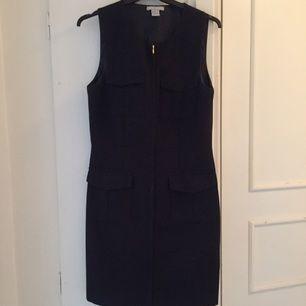 Populär marinblå klänning med dragkedja hela vägen. Från H&M Modern Classic
