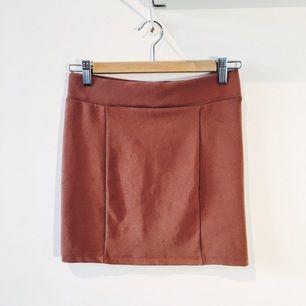 Brun tajt men stretchig kjol fr H&M. Sparsamt använd.