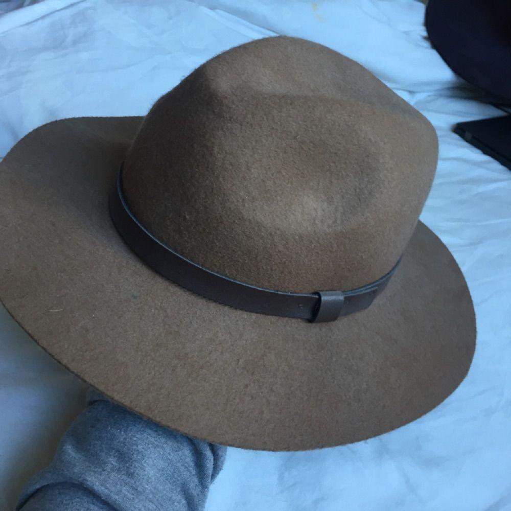 Kommer från Superfin hatt köpt på H M för cirka ett år sedan. Sparsamt  använd. bb715c9851016