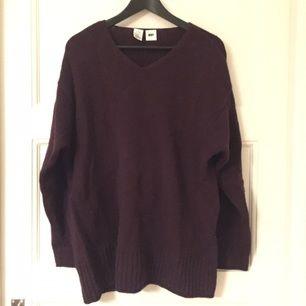 Lila stickad tröja från DKNY i lammull. Stor och bekväm