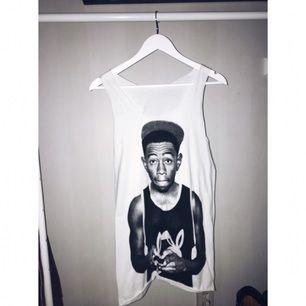 Lite längre linne med tryck av Tyler the Creator. Aldrig använd