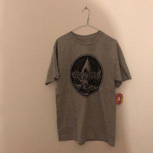 Grå ODD FUTURE T-shirt stl M. Aldrig använd :-)