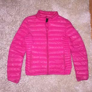 En cool rosa dunjacka, inte lika glansig som den ser ut och vara på bild. Köpte den för runt tusen lappen