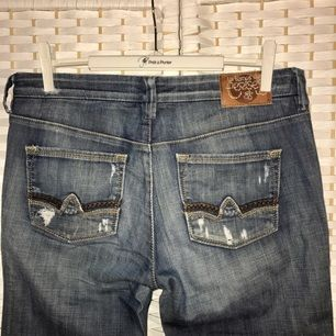 Low rise boot cut jeans, small in size. Perfect for the spring :)
