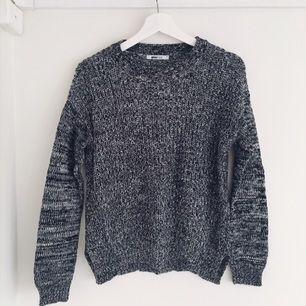 Vit/svart/grå stickad tröja i fint skick från Gina Tricot