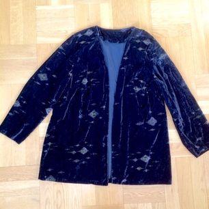 Vintage svart sammets kappa/kavaj/kofta i bra skick med fina detaljer, storlek M