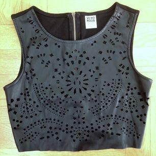 Magtröja croptop svart linne, fejkläder med detaljer. Storlek S