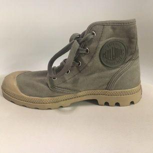 Bekväma sneakers från märket Palladium i lättmatchad militärgrönt. Mycket sparsamt använda. Köpare betalar eventuell frakt!
