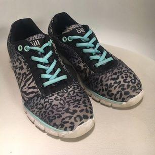 Sparsamt använda sneakers från märket Oill.  Köpare betalar eventuell frakt!