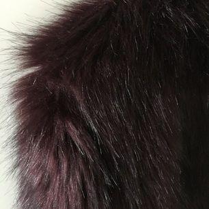 Mörk vinröd fuskpälsjacka (långhårig) från HM, använd två gånger så den är i nyskick! Köpte den för 599kr förra året. Säljer den pga att jag aldrig använder den och för att den bara tar plats i garderoben. 250kr med frakt!