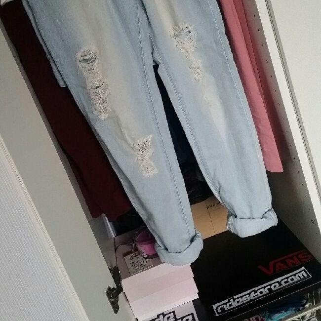 sisters point, använda max 1-2 ggr & köpta på nelly.com för 2-3 år sen. trasiga boyfriend jeans, skitsnygga! 👌. Jeans & Byxor.