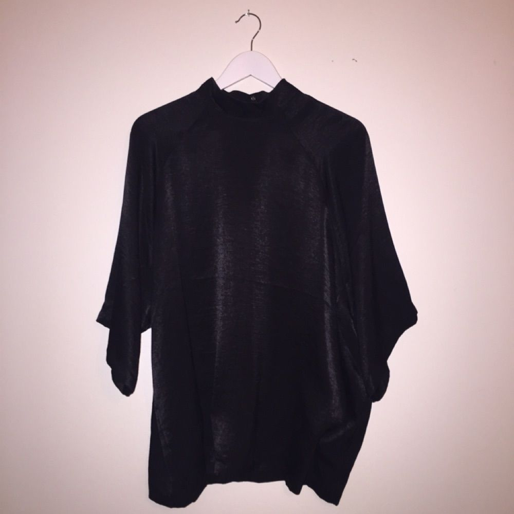 Blus med polokrage från Monki. 2 knappar och en liten dragkedja i nacken. 420e7141921ee