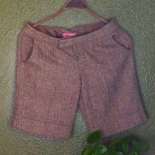 Tweed shorts i materialmix. Angenäm i touch. Beige Cream med färgade sprickor.