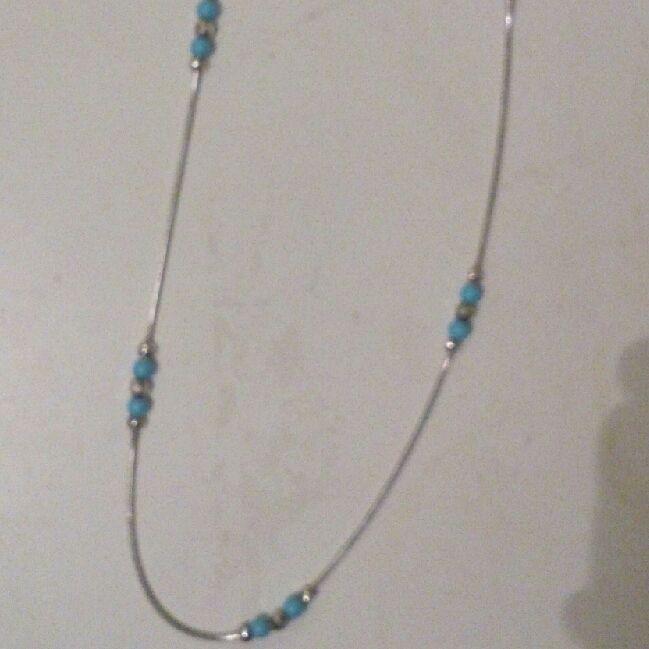 silverhalsband 925S med ljusblåa pärlor. Aldrig använt. Köparen betalar frakten eller möts upp i Stockholm. . Accessoarer.