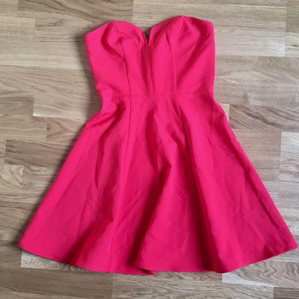 96c2f7e521bd Jätte söt allahjärtansdag klänning. Eller bara fin röd klänning.  Axelbandslös med hjärtformad där uppe ...