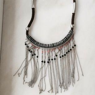 Halsband från Bikbok. Använt en gång. Frakt tillkommer.