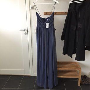 Blå långklänning från Nelly. Aldrig använd, som ni kan se på bilden är lapparna kvar! Hittat ny balklänning jag vill ha istället så säljer denna :) Köpt för 499kr, sitter supersnyggt!