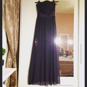 Otroligt vacker mörklila strapless bal/festklänning från märket Elise Ryan. Säljer pga att den är lite för stor för mig. Aldrig använd med etiketten kvar. Org. pris 80£ (ca 1000kr), säljer för 400kr vid snabb affär (!!!)