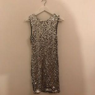 Fin silver paljett klänning med V-ringad rygg :-) fint skick, sitter tajt!