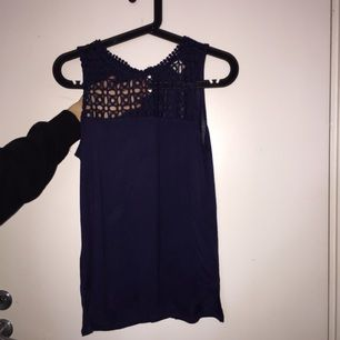 Superfin festlig tröja från H&M i storlek XS, mycket sparsamt använd. Cutout på framsidan i blommigt mönster. Passar till alla tillfällen och är i perfekt skick!