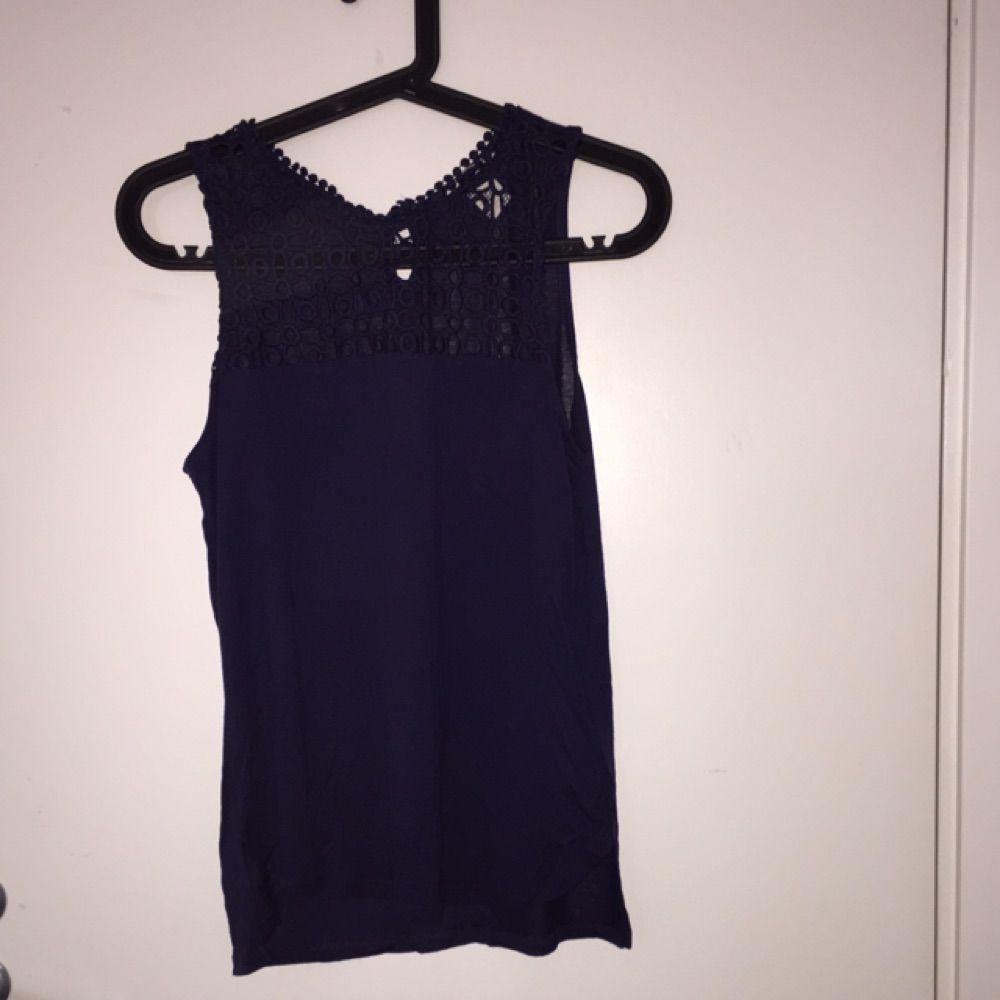 Superfin festlig tröja från H&M i storlek XS, mycket sparsamt använd. Cutout på framsidan i blommigt mönster. Passar till alla tillfällen och är i perfekt skick!. Toppar.
