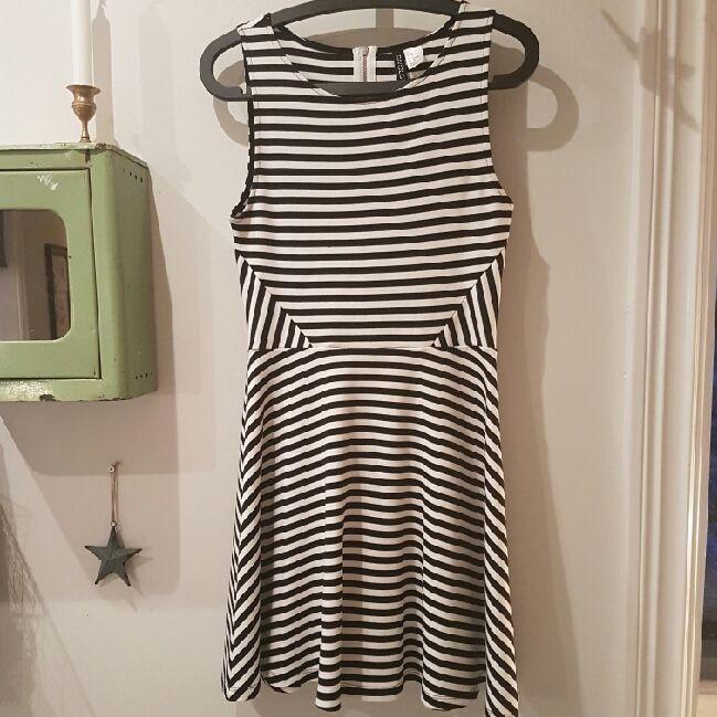 68296a5927cd Svart och vit-randig klänning från HM storlek S. Tight överdel med snygga  ...