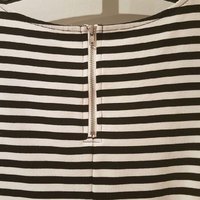 f1072debbed7 ... Svart och vit-randig klänning från HM storlek S. Tight överdel med  snygga