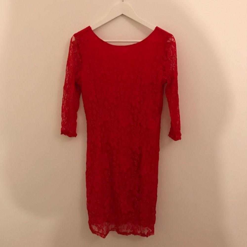 49ef129b5510 Röd tajt spets klänning med V ringad rygg och trekvarts långa ärmar :-) fint  ...