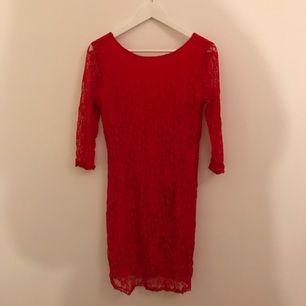 Röd tajt spets klänning med V ringad rygg och trekvarts långa ärmar  :-) fint skick!