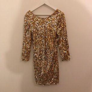 Paljett klänning som e tajt, v ringad rygg och trekvarts ärmar! Fint skick förutom att det har spruckit lite i ryggen högst upp (går lätt att sy igen)