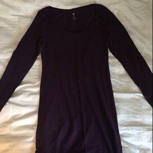 Basic mörklila lång tröja, strl M. 20 kr