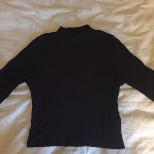 Svart långärmad tröja med turtleneck, ribbad i tyget. Strl S, 40 kr